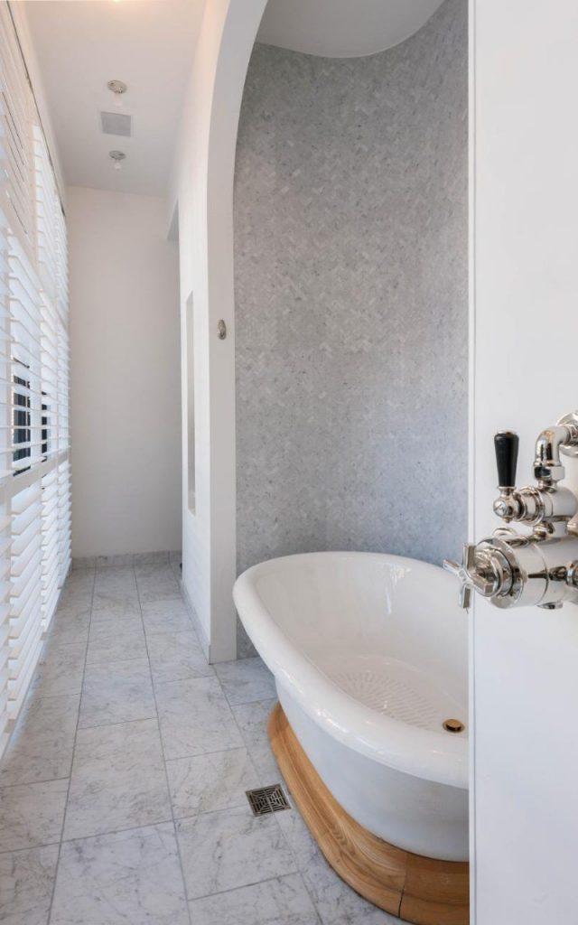 Taylor_Swift,_23_Cornellia_Street_Bathroom_2-xlarge_trans++Imq0gSBkzcH_-jHFXstKOOPHi_e1tpOIk75CAYQiDp0